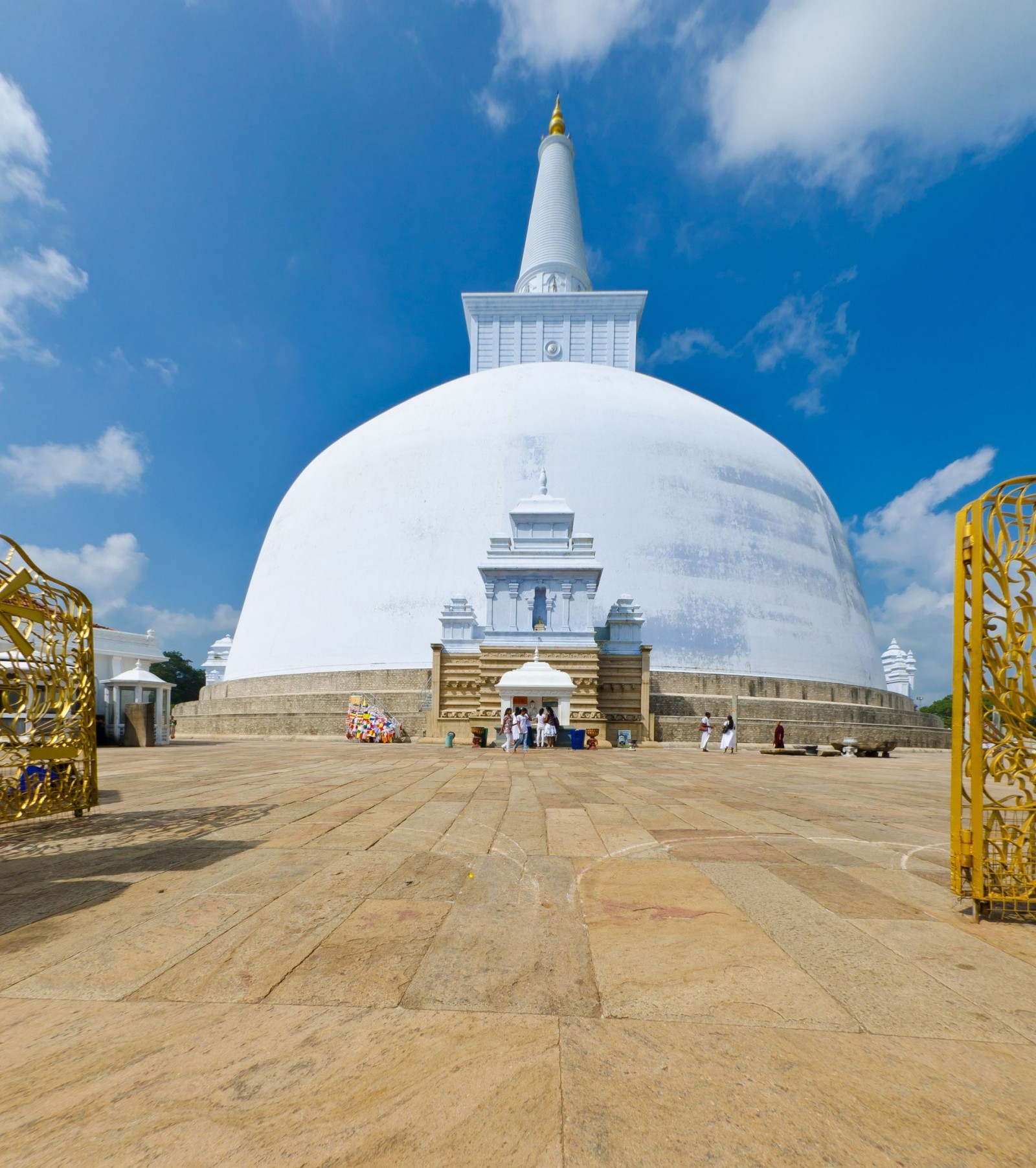 ruwanwelisaya-chedi-in-the-sacred-city-of-anuradhapura-sri-lanka